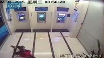 Une femme se fait agresser au distributeur à billet par un homme armé d'une machette !