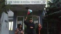 В Болгарии , столице Софии болгаром  поздравляют Xу@ла с днём рождение перед полицейской службе!а на фоне песня услышится  смехъ полицеский служители