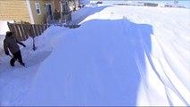 Un homme creuse un tunnel sous la neige pour atteindre sa voiture...
