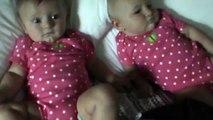 Un bébé fait rire sa soeur en faisant du bruit avec sa bouche