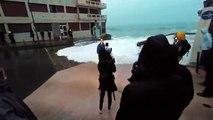 Journaliste emportée par une grosse vague en direct