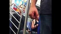 Keanu Reeves dans le métro de New-York en grand Gentleman