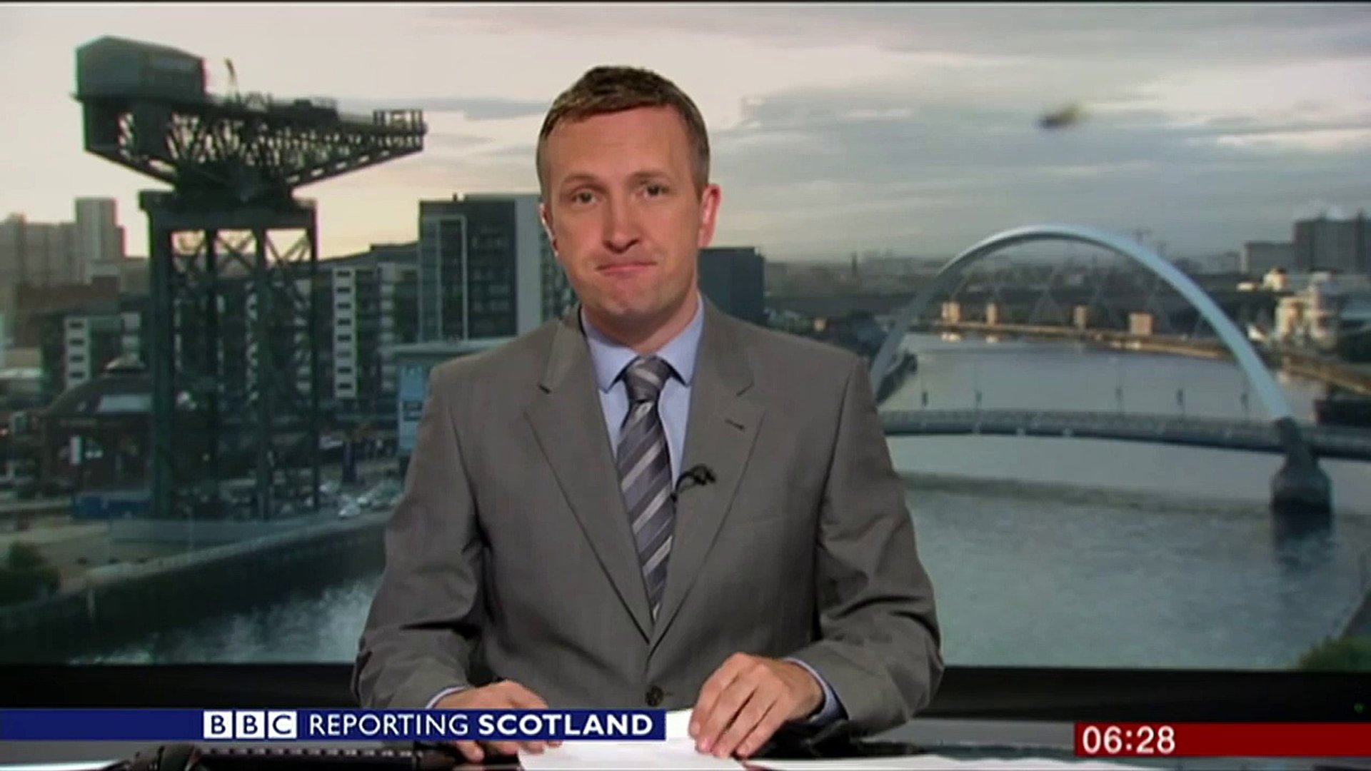 'Giant' spider photobombs BBC Scotland news - BBC News