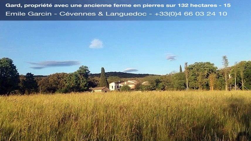 Gard, propriété avec une ancienne ferme en pierres sur 132 hectares