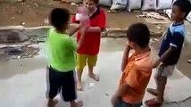 Des enfants jouent à Pierre-Feuille-Ciseaux version Extrême !