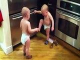 Deux bébés jumeaux se parlent : Dadadadada