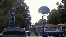 Le panier de basket lui tombe dessus alors qu'il fait un dunk