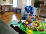 Enfant débile VS table de salon. Aïe