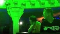 Un dingue se prend pour le DJ dans un club