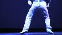 Un danseur fou met une ambiance de dingue dans la salle