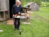 Un grand-père décapsule une pinte avec une tronçonneuse !