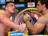 Deux mecs gonflés à la testostérone s'affrontent au bras de fer