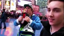 Un bien étrange gars se colle à une vidéo d'étranger en vacances ...