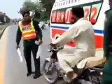 Angry Molvi Fight With Rescue Workers On Road