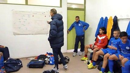 U15-1: Causerie dans le vestiaire de l'équipe à la mi-temps