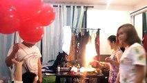 Des ballons gonflés à l'hélium explosent avec les bougies d'un gâteau d'anniversaire