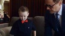 Un enfant reçoit un bras Iron Man de la part de Robert Downey JR