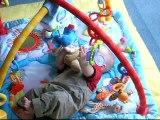 Simon sur le tapis d'éveil 3 mois 1/2