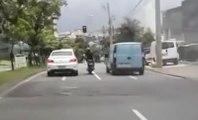 FAIL : Voilà pourquoi il ne faut jamais s'énerver contre une voiture quand on est en moto