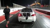 Une voiture décolle pendant une course de dragster