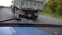Un camion roule sur 3 roues et ca marche ! Impressionnant, regardez !