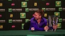 La joueuse de Tennis Simona Halep n'arrive pas à soulever son trophée - BNP Paribas Open