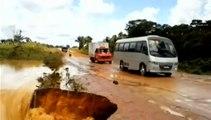 Brésil : un bus tombe dans un cratère et est emporté par une rivière