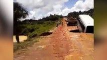 Un bus englouti par un trou (Brésil)