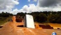 Au Brésil, un bus disparait dans un énorme trou