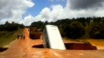 Un bus englouti dans un cratère et emporté dans une rivière