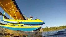 Faire du ski nautique (sans skis) tiré par un avion ! Mais oui bien sur ... mais il l'a fait !