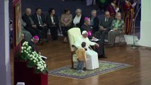 Un niño toma la silla del Papa Francisco mientras daba discurso en el Vaticano