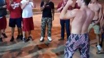 Un mec sec tient en respect un mec musclé (Etats-Unis)