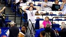 Un jeune fan danse comme un fou dans les Tribunes... HAPPY!!!