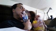Quand papa fait ses dents avec bébé!