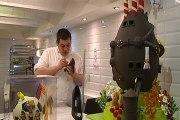 Barceloneses acuden a comprar las monas de Pascua