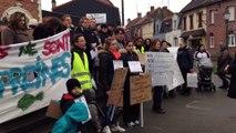 Saint-Nicolas-les-Arras: manifestation des élus et des parents d'élèves contre la fermeture de deux classes