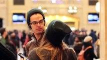 Une jeune femme tente d'embrasser des inconnus à New York