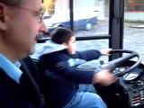 Fahrschule Leon 6 Jahre hat seine erste fahrstunde mit einem Bus