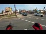 Motard débile VS conducteur débile : gros crash dans un embouteillage!