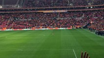 Wesley Sneijder s'amuse avec le public de Galatasaray