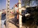 Niño subiendose a un poste en maneas Elektrik Direğine NAsıl Çıkılır