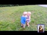 Video: Un niño y sus intentos por dar el primer beso