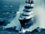 Ship crossing huge waves // Navio passa por ondas gigantes