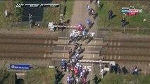 Une barrière d'un passage à niveau se referme sur les coureurs lors du Paris - Roubaix