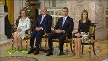 La reina Letizia corrige la postura de las infantas