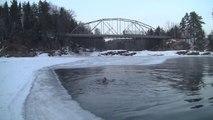 Petit bain dans une eau glacée... Ils sont fou ces norvégiens!