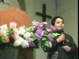un enfant chante pour Jésus