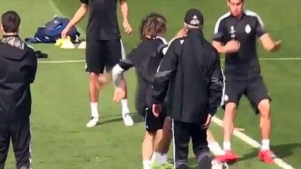 Que amor!  CR7 dá beijinho em Marcelo no treino do Real Madrid