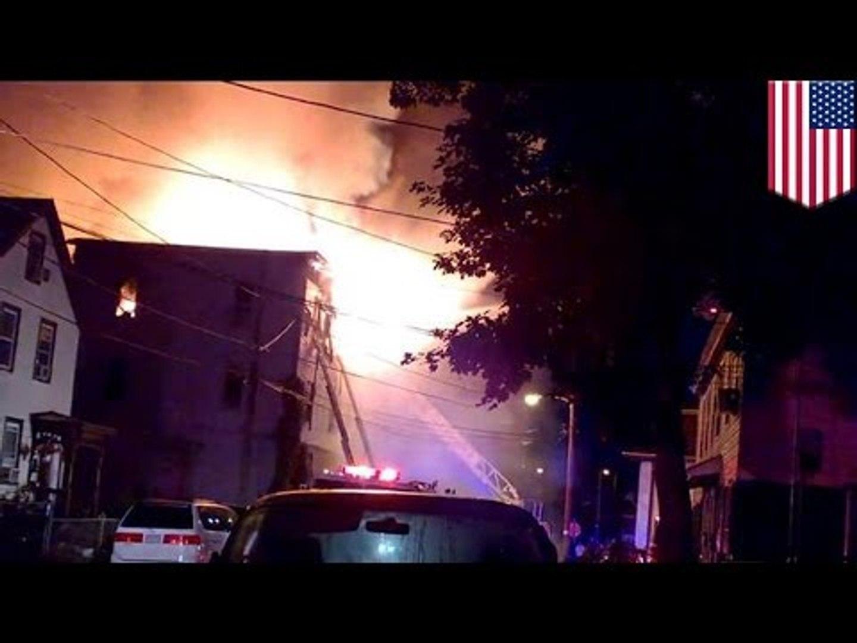 Cuatro adultos y tres niños mueren en voraz incendio que destruyo un edificio en Massachusetts